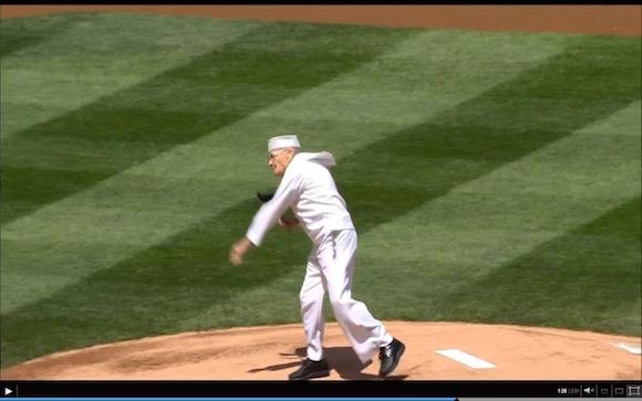 【衝撃野球動画】92歳のおじいちゃんが始球式で快投! 全く年齢を感じさせない姿に世界が驚愕