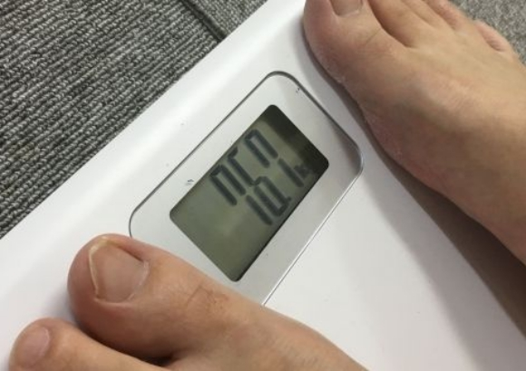 【ダイエット検証】メタボなオッサンが「夜9時以降に何も食べない生活」を1カ月した結果 → 減量に成功!! さらに予想外のうれしい成果も!