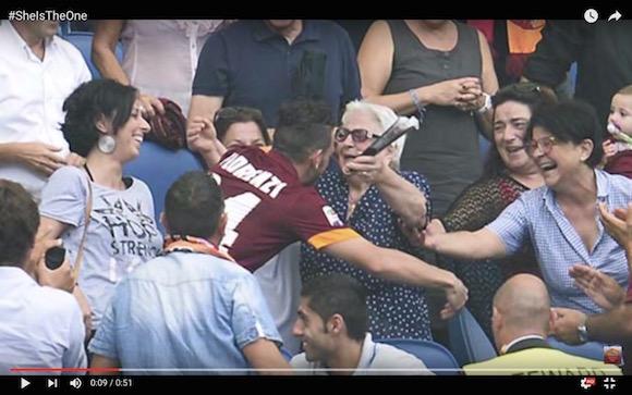 【サッカー動画】世界中が「祖母に捧げたゴール」に感動! EURO2016・イタリア代表選手の行動が何度見ても泣ける