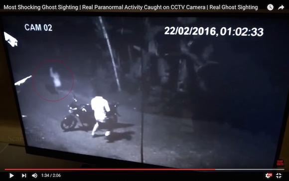 【恐怖映像】本物の幽霊か!? 深夜の夜道で謎の人影が激写される