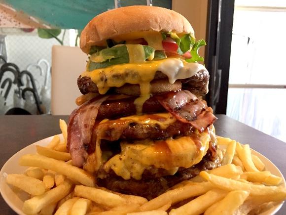【デカ盛り】 総重量1.8キロの「ギガモンスターバーガー」を食べてみた / 表参道『テディーズビガーバーガー』
