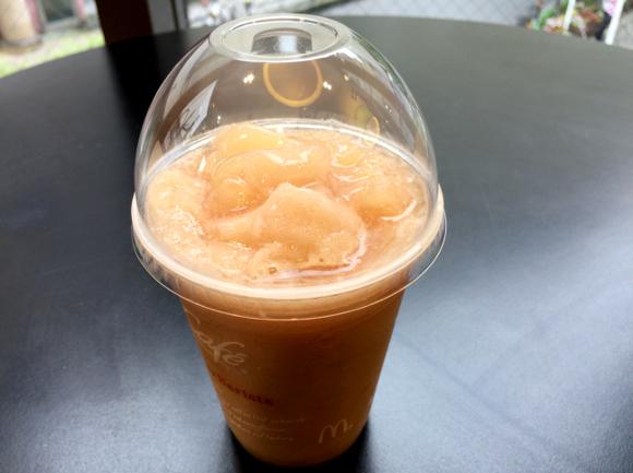 """【期間限定】マックカフェの新商品 『桃のスムージー』 は """"できたて"""" を食べるべし! 凍らせると絶妙な食感に出会えなくなるぞ!!"""
