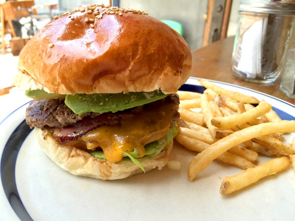 【最強ハンバーガー決定戦】第2回:南カリフォルニアの風と「ふかふかバンズ」を堪能せよ / 原宿「ザ グレートバーガー」