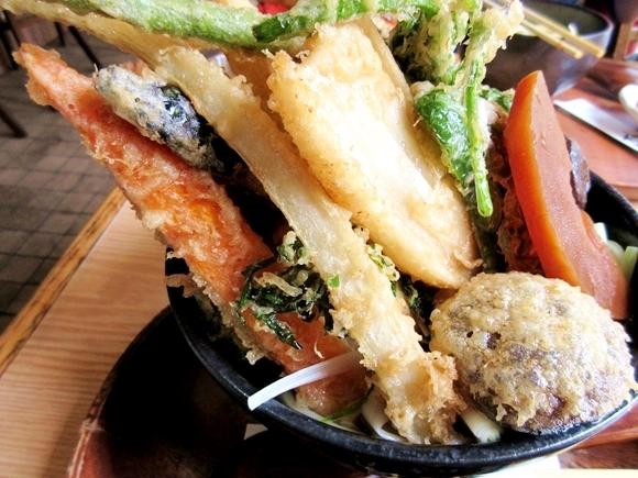 のせすぎィィッ! 丼から飛び出まくった天ぷらが圧巻!! 東京・方南町「御利益」の『天ぷらうどん』はうどん界の二郎である