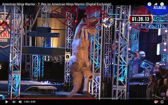 【動画あり】アメリカ版『SASUKE』に恐竜が挑戦! 難所をクリアしまくる姿に観客は大興奮!!