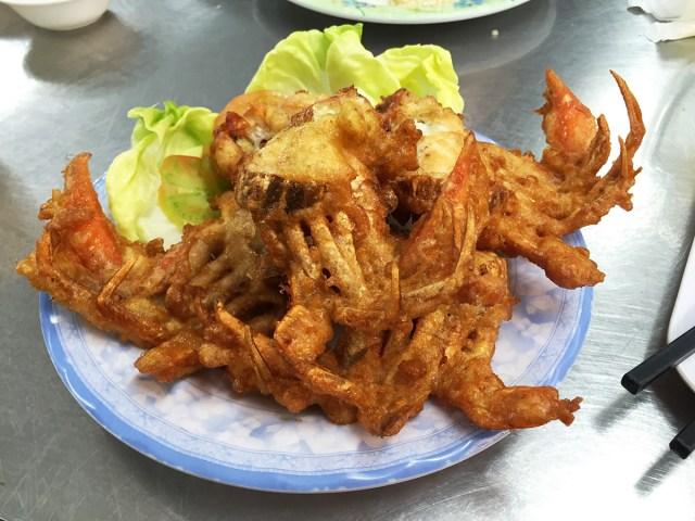【なぜか本家より美味い】ベトナムのホーチミンに行ったら絶対に食べるべき「有名カニ料理店の隣にあるパクリ店のソフトシェルクラブの唐揚げ」がコレだ!