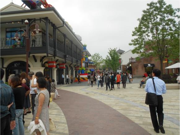 【上海ディズニー】隣接している上海ディズニータウンは何でもそろう大型ショッピングエリア! サビがいい感じに古い町並みを演出しているぞ!!