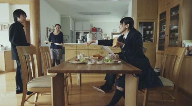 【感動動画】豊かな暮らしって何だろう? 家族を見守る「ダイニングテーブル」が主役のショートムービーに目頭が熱くなった!