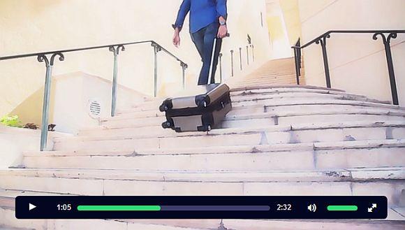 【世界初】階段をスルスルと上っちゃうスーツケースが楽チンすぎる! GPS機能搭載で場所の確認までできちゃうのだ!!