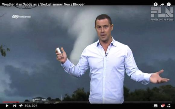【放送事故】海外の天気予報で「ムスコ」が画面に映り込むハプニングが発生
