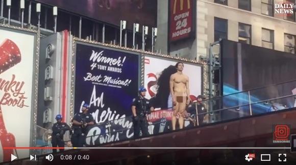 美しきモデルが全裸で抗議!「ドナルド・トランプよ出てこい!」と NY タイムズスクエアで主張し話題に