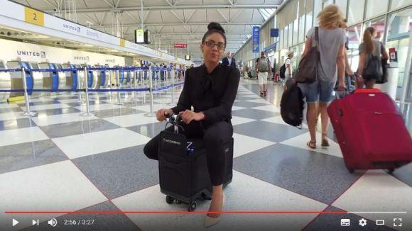 世界初の「電動で走るスーツケース」が爆誕! これに乗れば飛行機に乗り遅れそうになっても間に合っちゃうかも!?