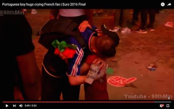 【世界が感動】EURO決勝で敗れて号泣するフランスサポーターをポルトガルの少年がなぐさめる
