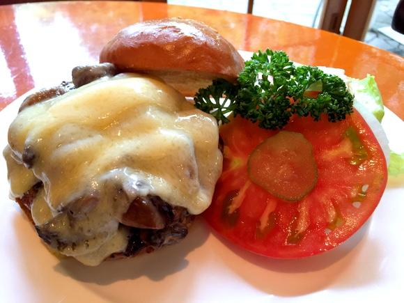 【最強ハンバーガー決定戦】第4回:五反田「フランクリンアベニュー」はグルメバーガーの草分け的存在 / これはジャンクフードではない