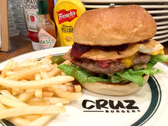 【最強ハンバーガー決定戦】第9回:溶岩石グリルで焼きあげた肉厚パテがふっくらウマい! 四谷「クルズバーガーズ」
