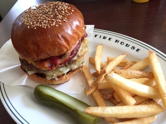 【最強ハンバーガー決定戦】第11回:創業20年の超老舗! バーガー好きなら一度は訪れるべき聖地 / 東京・本郷「ファイヤーハウス」