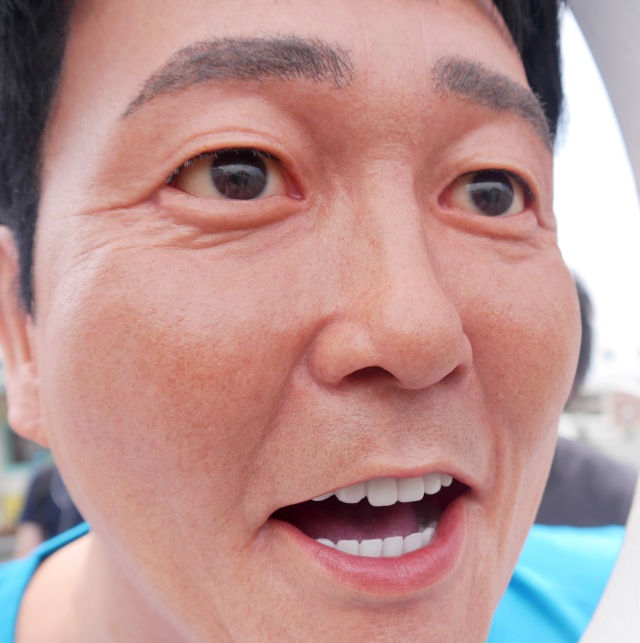 【衝撃】片瀬江ノ島駅の顔ハメ看板に顔を突っ込む「TUBE」の前田さんがヤバい! リアルすぎて完全にホラーッ!!