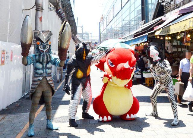 【衝撃映像】 何してんよ! モンストのレッドリドラとウルトラ怪獣が上野で観光してたんだけど(笑)