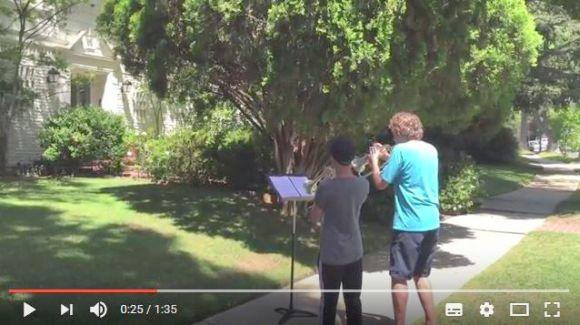 『スター・ウォーズ』作曲者の家の前でテーマ曲を演奏したら素敵なサプライズが待っていた!!