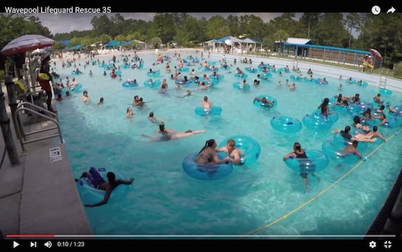 【衝撃動画】プールで溺れる子供を一瞬で見抜いて救助した監視員がプロすぎる