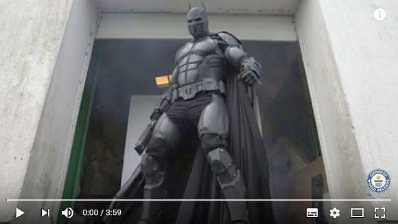 バットマンのファンが「23のガジェットを搭載したバットスーツ」を作ってギネス記録に! カッチョ良すぎてマジやばい!!