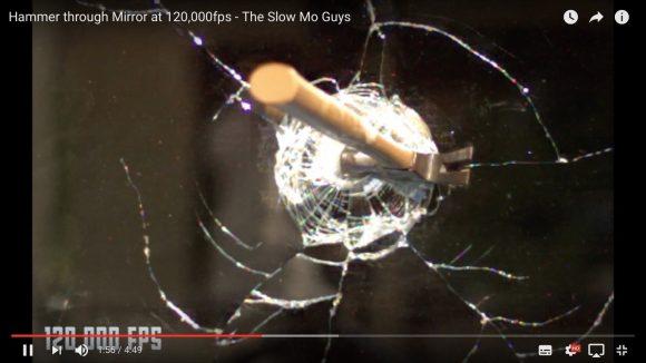 【12万分の1秒】 超スーパースローで撮影された「ハンマーが鏡を破壊する瞬間」が美しすぎる!