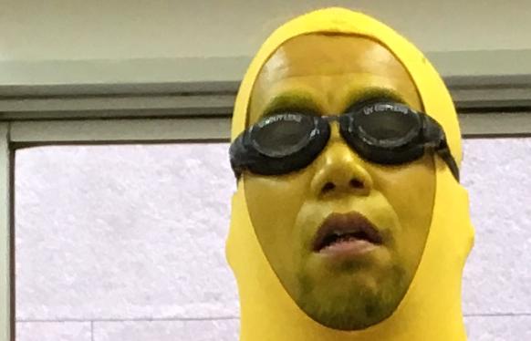 """【バナナの日】社内の雰囲気が悪いので """"超完成度の高い「ミニオン」のコスプレ"""" をして大量のバナナを届けたら空気が一変した!?"""