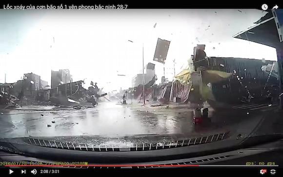 【自然の恐怖】ベトナムで発生した竜巻を至近距離から撮影した動画がこの世のものとは思えない