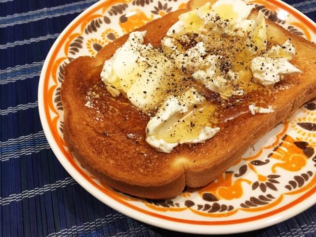 【禁断の料理】トーストに「バター+クリームチーズ+ハチミツ+コショウ」をのせて食べると美味すぎ