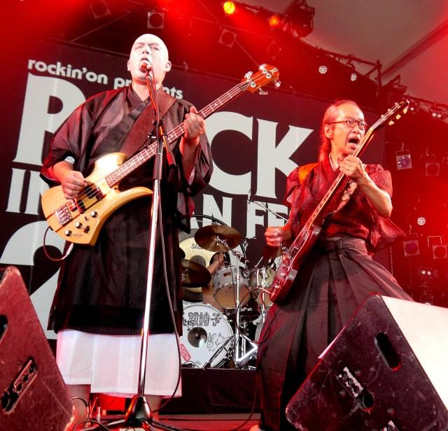 【ライブレポート】人間椅子「ROCK IN JAPAN FESTIVAL」初参戦! 灼熱の太陽をも凌ぐアツいパフォーマンスで聴衆を圧倒!!