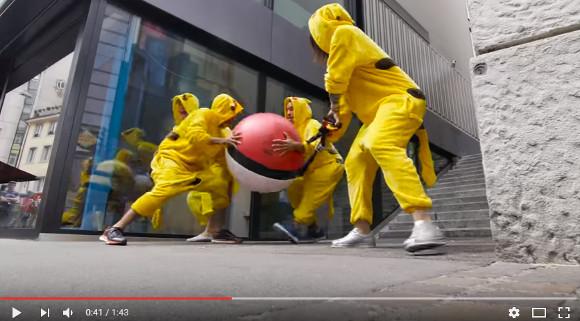 【動画】 ポケモンGOのプレイヤーに「巨大モンスターボールを投げつけるイタズラ」がマジで容赦なし! 大人も子供も次々と餌食に……!!