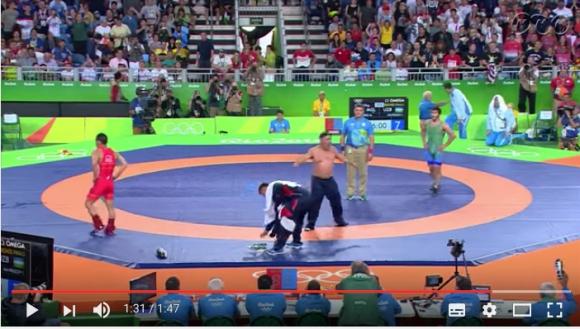 【リオ五輪動画】判定にブチギレてパンツ一丁に! レスリングの試合で勝利を逃したモンゴル選手のコーチが半裸で怒りの猛抗議