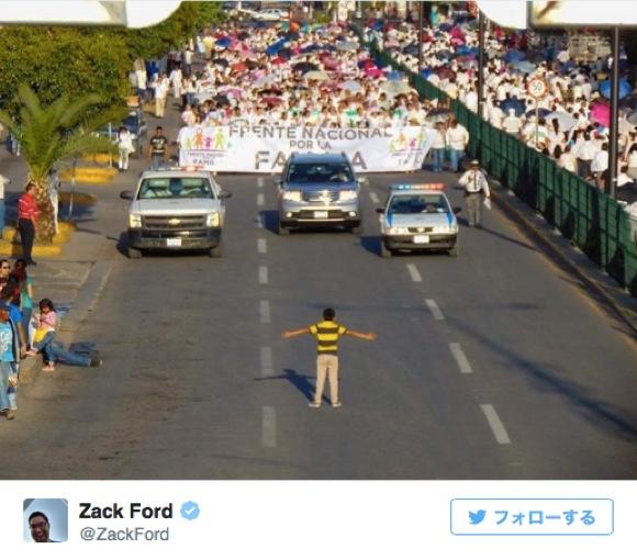 """1万人もの """"反同性愛婚デモ"""" の前に12歳の少年がたった1人で立ちはだかり話題 / 少年「僕にはゲイのおじがいる。反対する人たちを許せない」"""