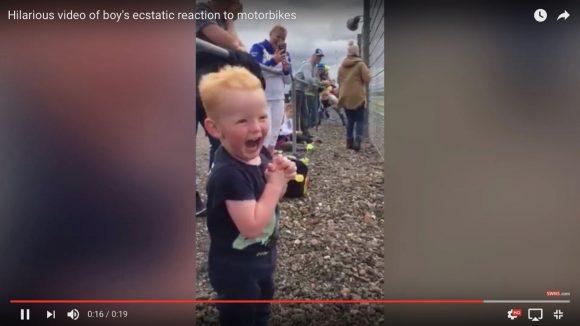 【動画】リアクション芸人も顔負け! 英国少年の「レース観戦中の笑顔が最高」だと海外で話題