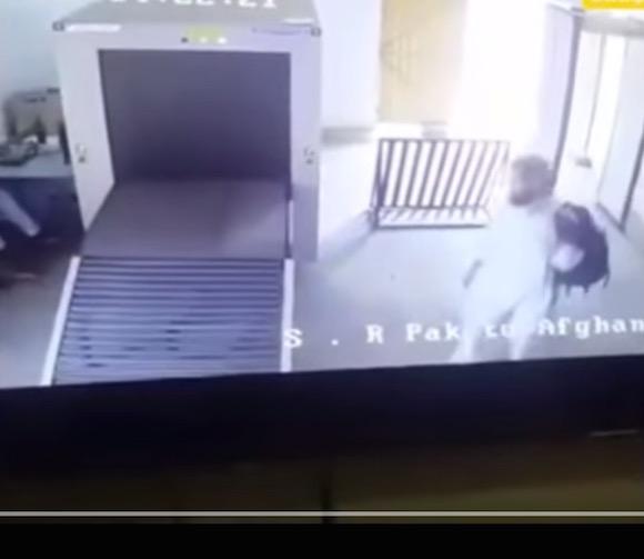 空港の手荷物検査を全力で通過する男が激写される