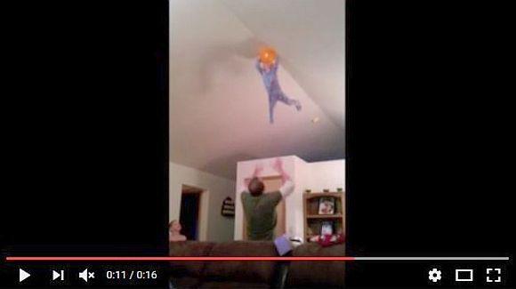 天上まで飛んで行った風船を取るために「幼児」を使ったパパの動画がマジヤバ! ママがいたら夫婦ゲンカの勃発間違いナシ!!