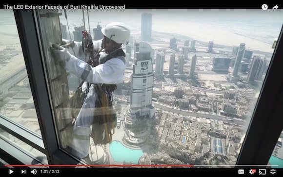 【衝撃動画】世界一高いビルのライト交換方法が命がけすぎる