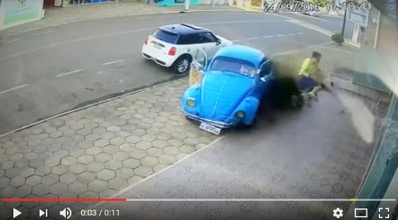 【驚愕映像】猛スピードで突っ込んでくる車から間一髪で逃れた男性がスゴすぎ! 「まるで忍者」と話題