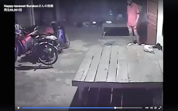 【心霊映像】幽霊の仕業か!? 誰もいないはずなのに車輪が回る自転車が撮影される