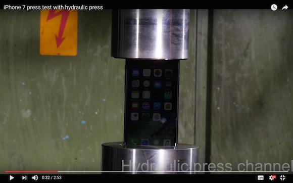 【衝撃実験結果】発売されたばかりの iPhone7 を押しつぶしてみた