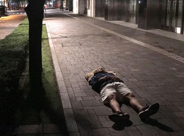 【ガチ検証】「枕が変わると眠れない人」は枕さえ変わらなければどんな場所でも眠ることができるのか / iPhone7の行列で実験してみた!