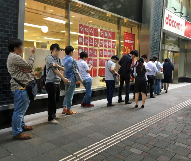 iPhone7予約開始! ドコモショップ丸の内店には多くの購入希望者が!? これは争奪戦になるのか……