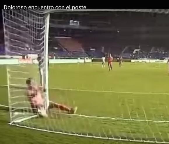【衝撃サッカー動画】伝説のチンプレー再び! 股間をゴールポストにぶつけた選手が現れる