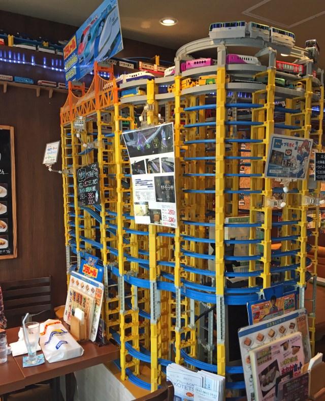 ファンでなくても興奮する! 店内プラレール1色のカフェ「プラたく」が楽しすぎる / メニューにもこだわり