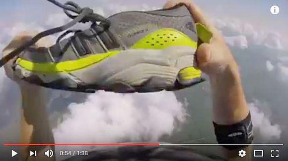 【神業動画】スゲー! スカイダイビング中にスニーカーが脱げちゃった男性が空中でナイスキャッチ!!