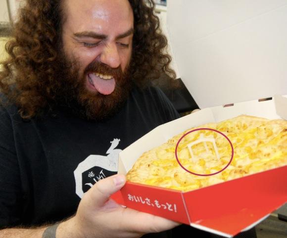【超大事】なぜピザの真ん中に「小さなプラスチック」が付いてくるのかが一発で分かる画像