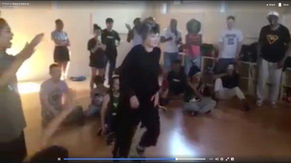 【衝撃動画】「ダンスを踊る72歳女性」の動きが超キレッキレでヤバすぎる!