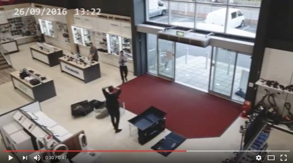 【ドジっ娘かよ!】おっちょこちょい過ぎて電気屋でテレビを壊しまくる客が激撮される