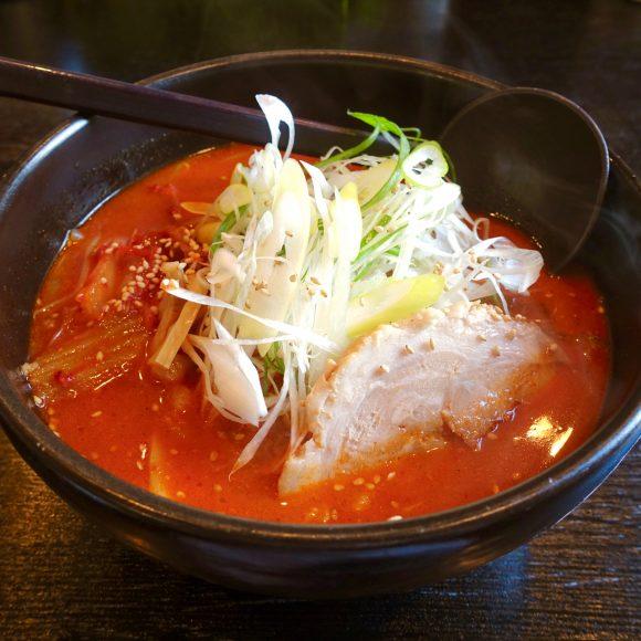 【北海道ラーメン探訪】辛いけど辛すぎない / 真っ赤なスープの「旨唐味噌らーめん」が激ウマ! 恵庭市『らーめん恵岳房』