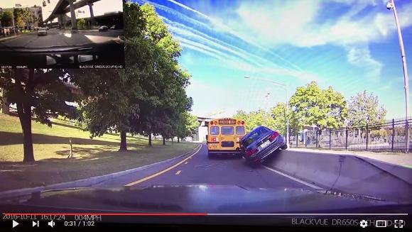 【注意喚起】無茶な追い越しをするとこうなる! 勢いよくガードレールに乗り上げて運転不能に!!